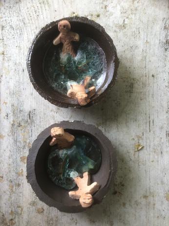 Pootje baden, keramiek en glas