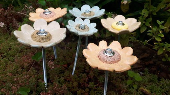 Bloemen van keramiek, € 15 (7 cm) en €17,50 (10 cm). Ook in een workshop te maken.