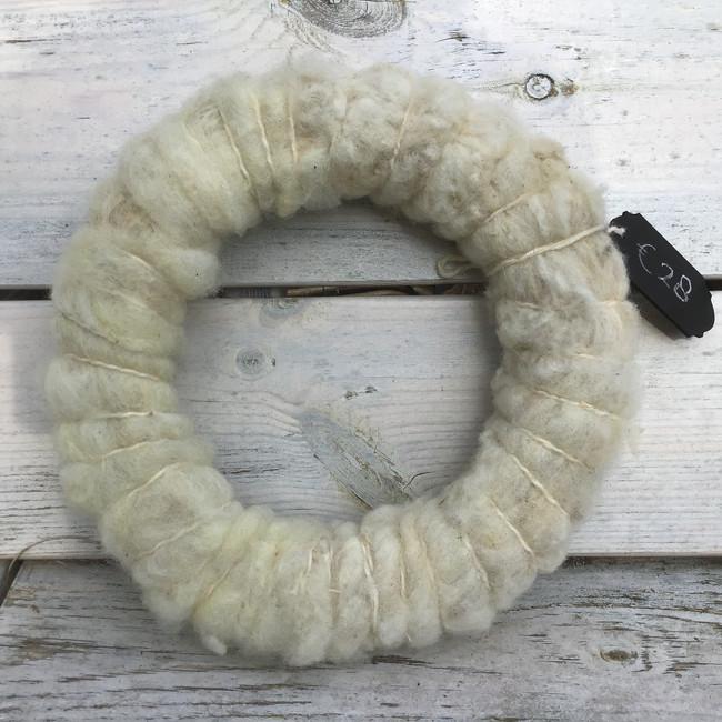 krans, witte gekaarde Texelse wol, 33 cm