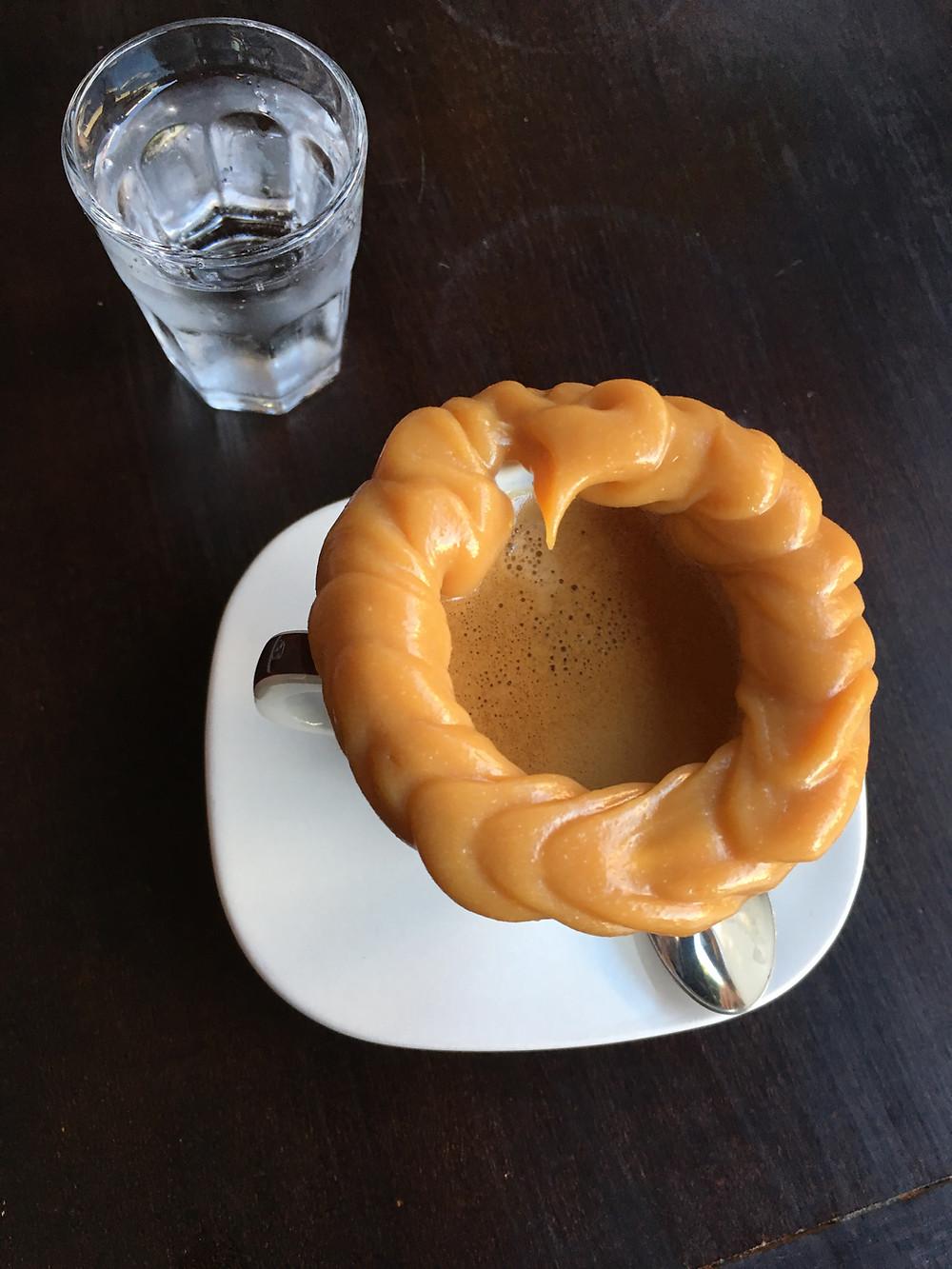 café expresso com borda de doce de leite
