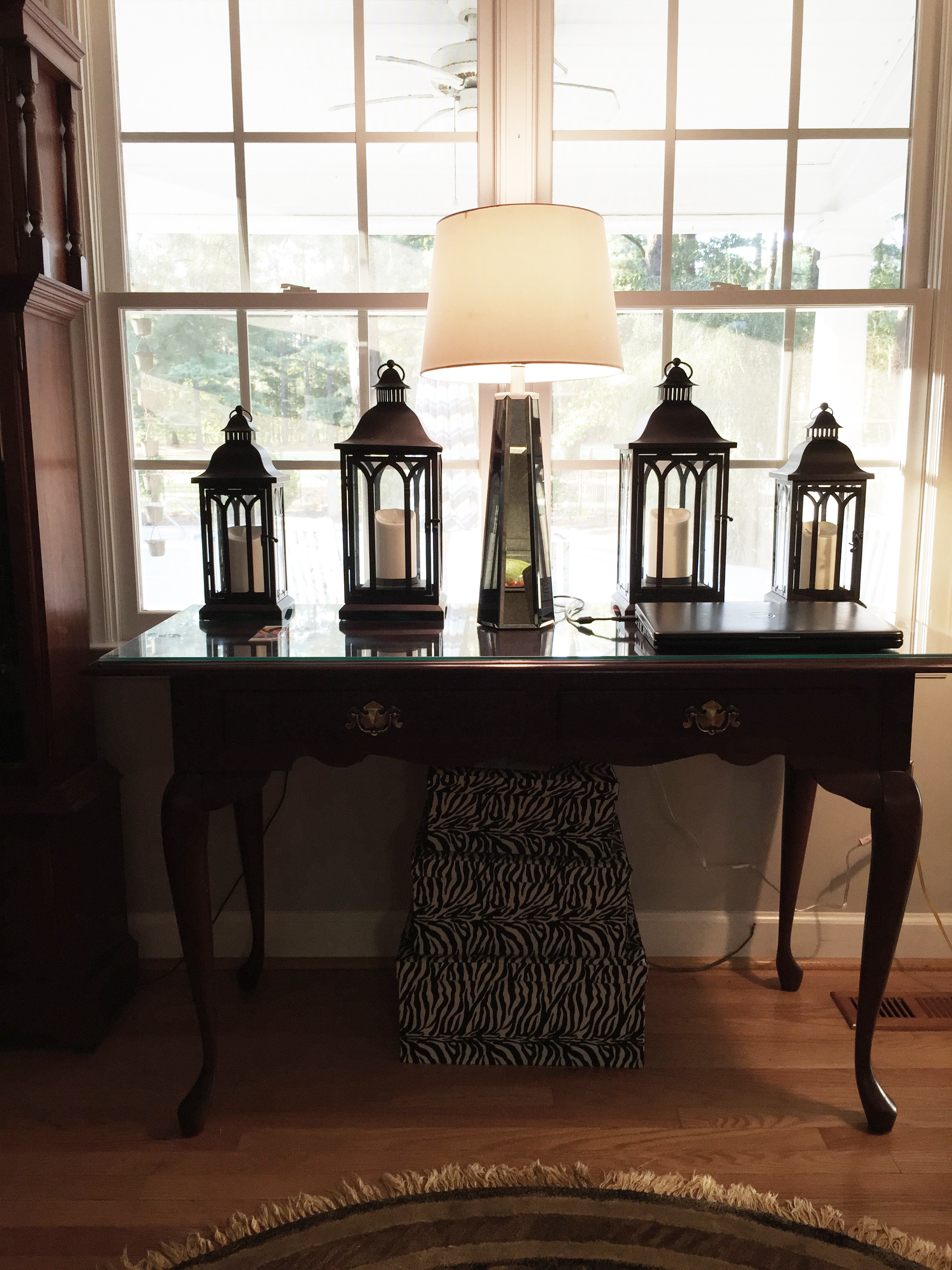Lantern Detailing w/ Mirrored Lamp