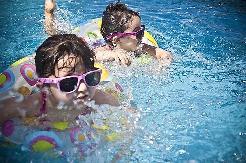 Kinder baden mit Sonnenbrille