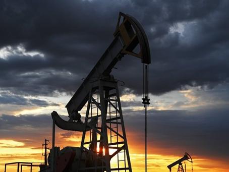 Нефть дешевеет на фоне роста заражений COVID и геополитики