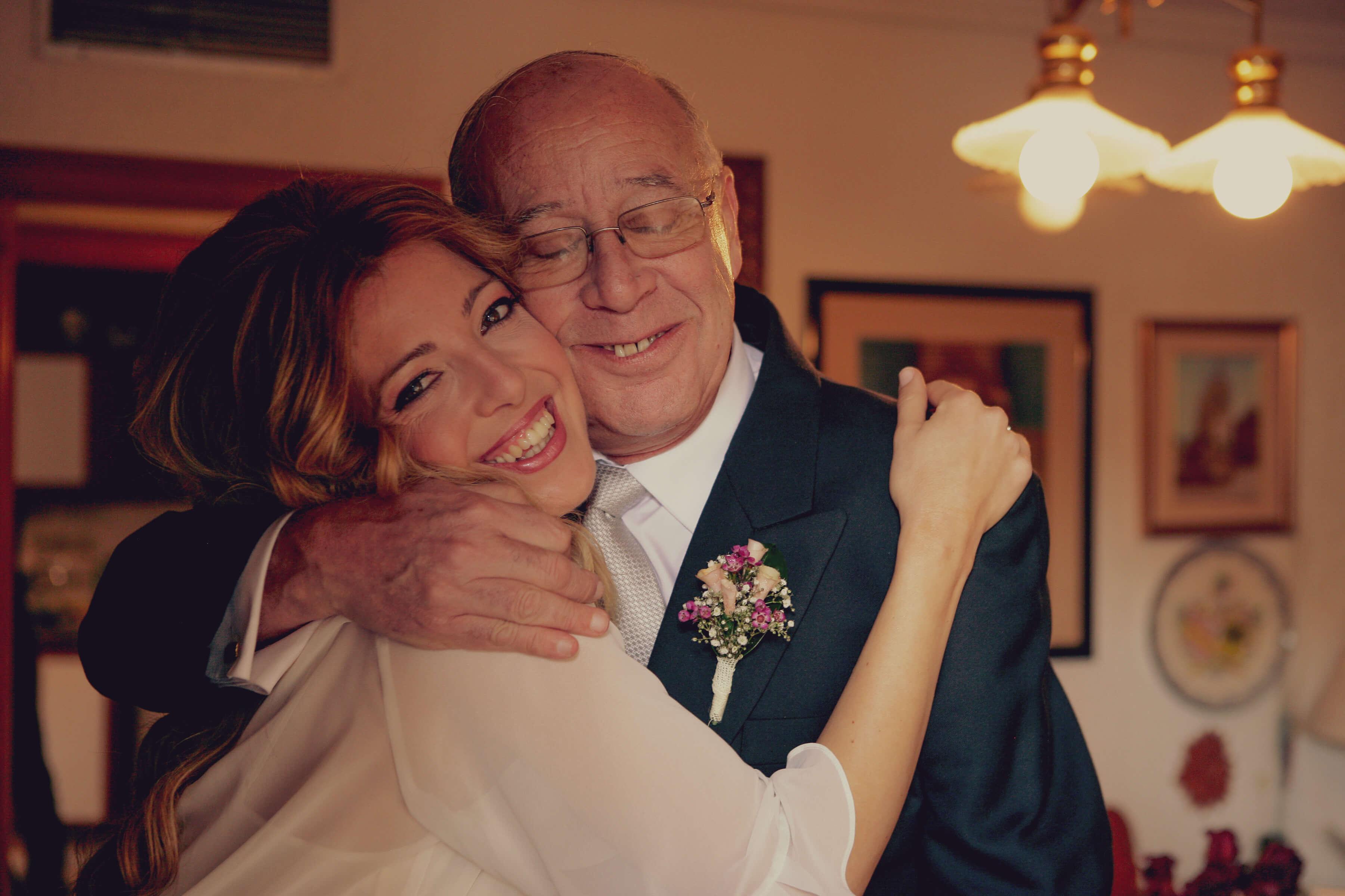 Abrazo de un pader a su hija antes de casarse
