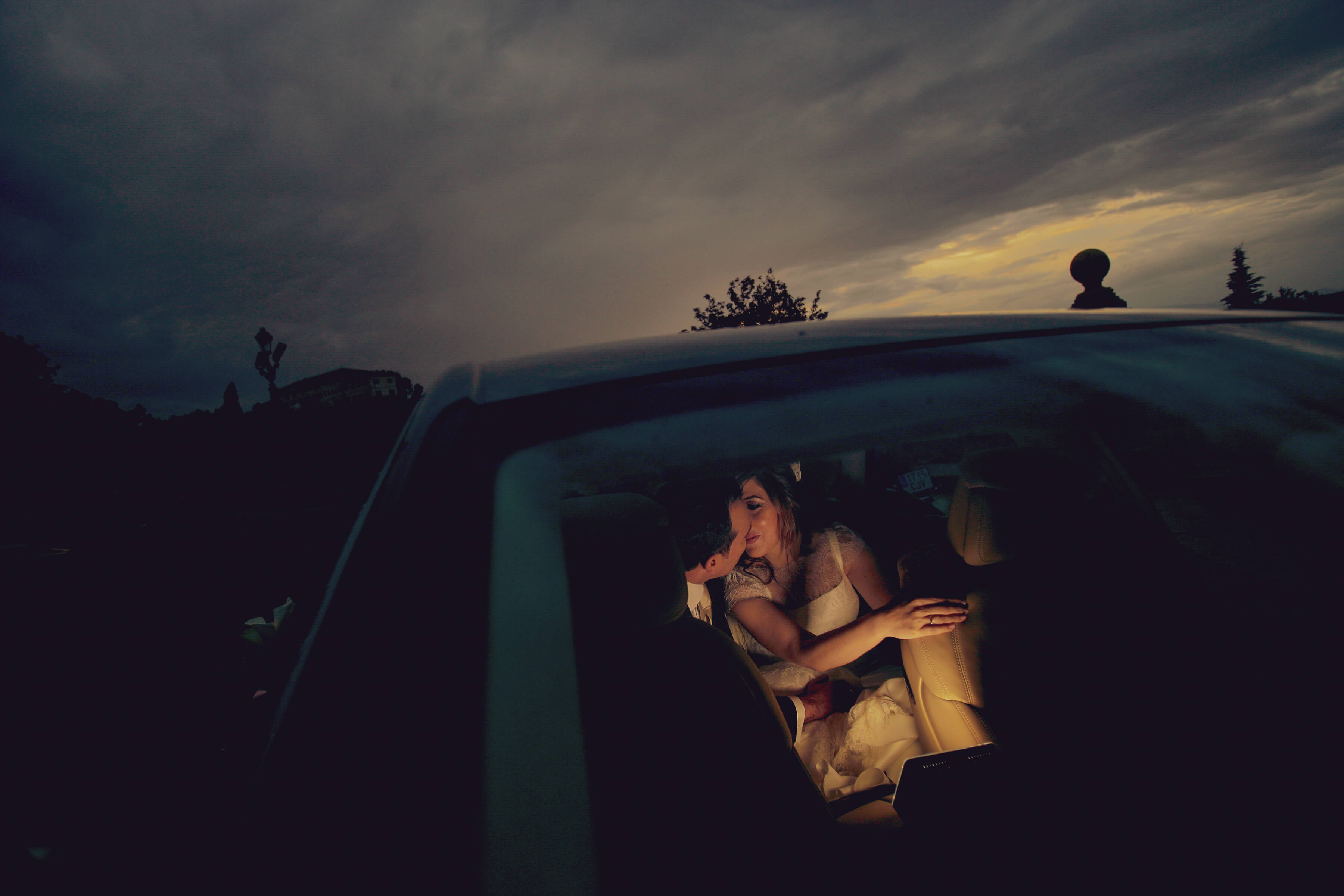 Novios en un coche
