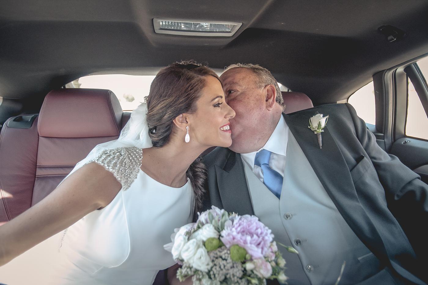 padre besa a la novia