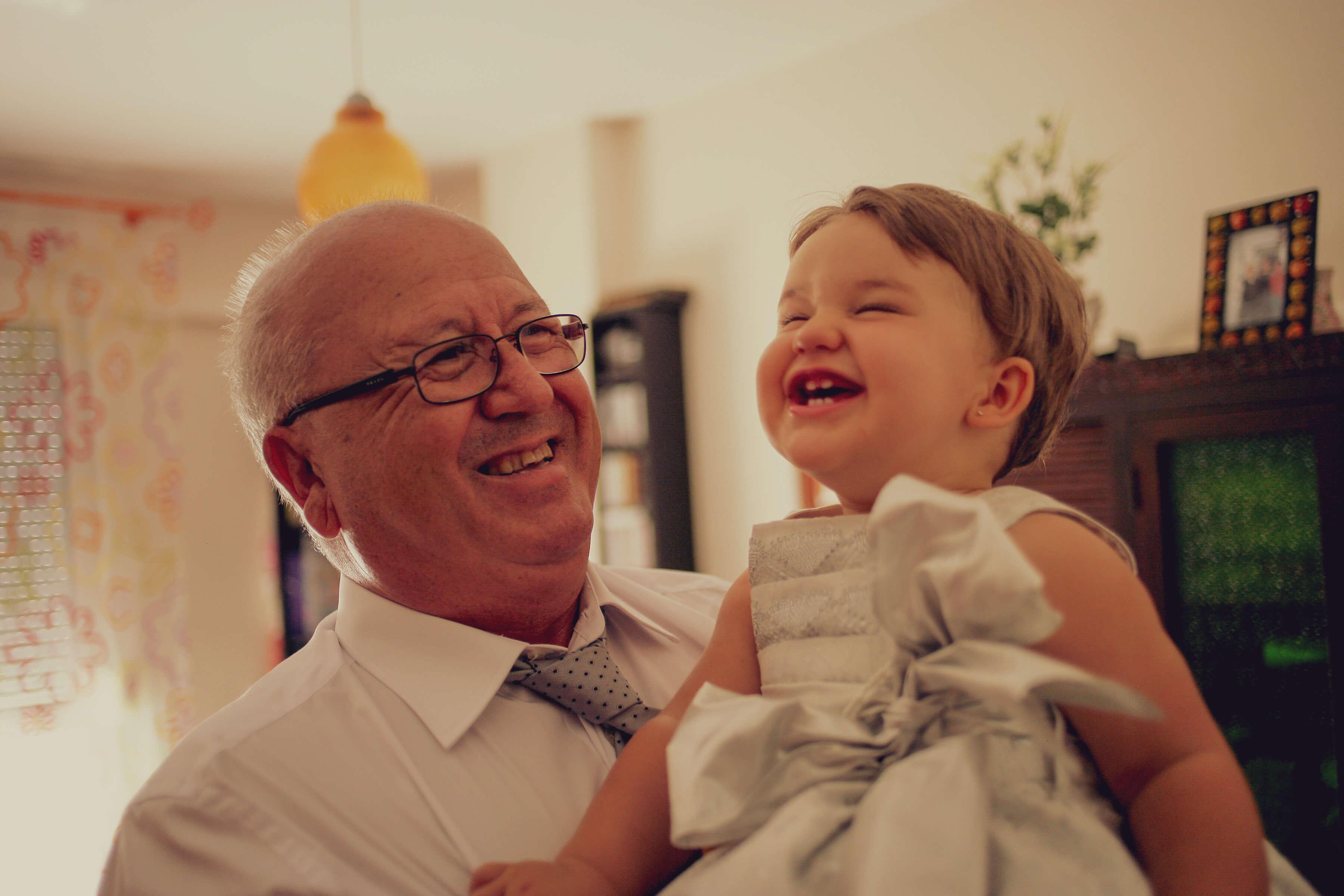 La nieta se rie en la boda