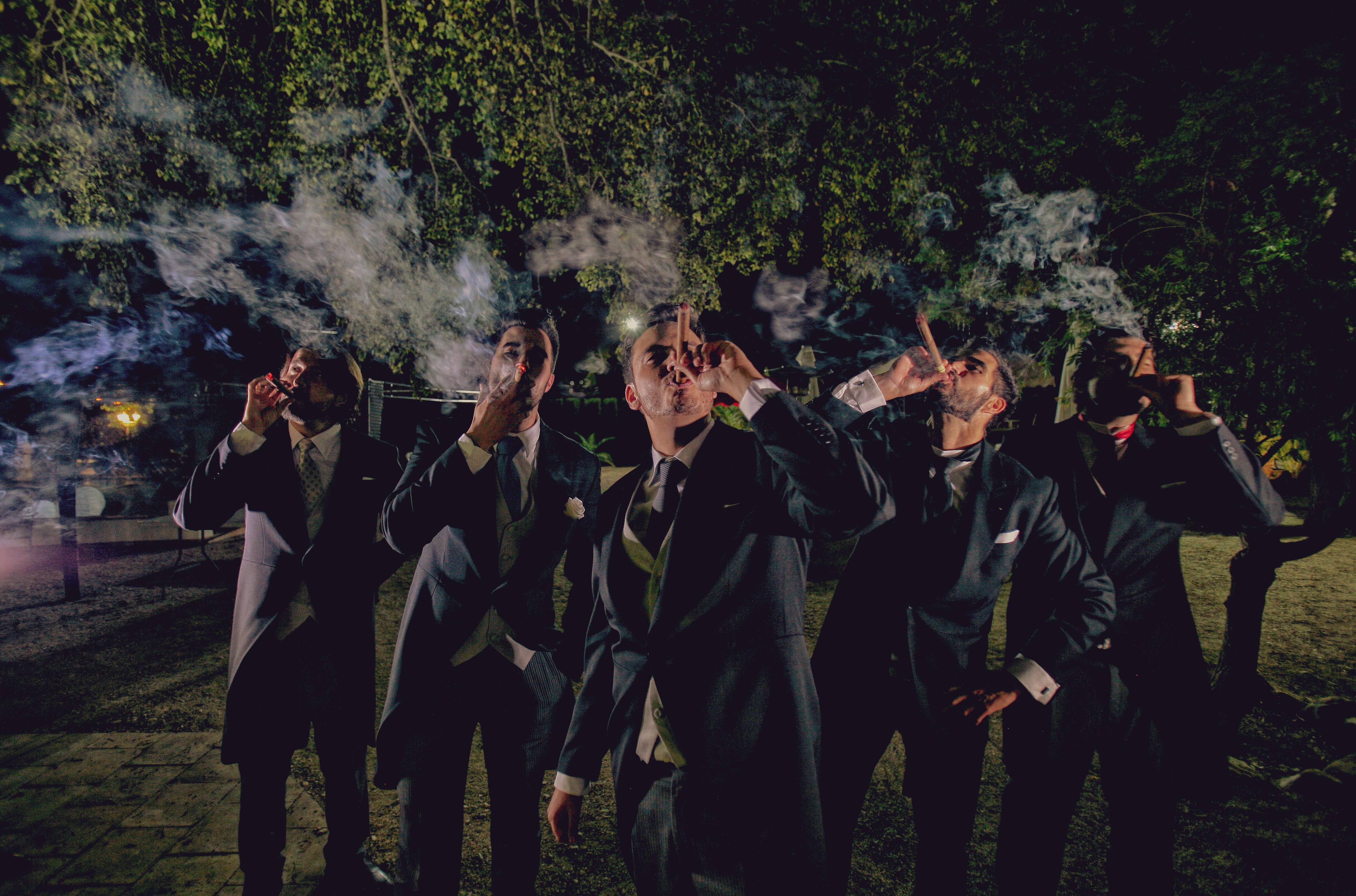 novio fumando puros