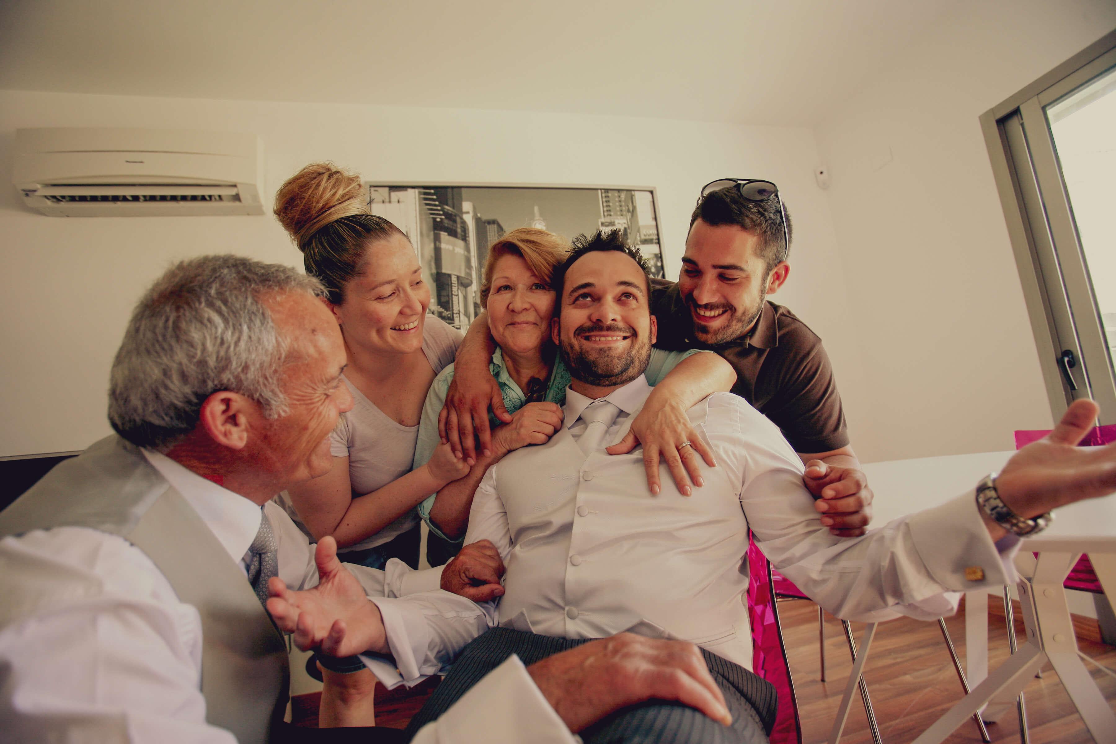 Familia abrazando al novio