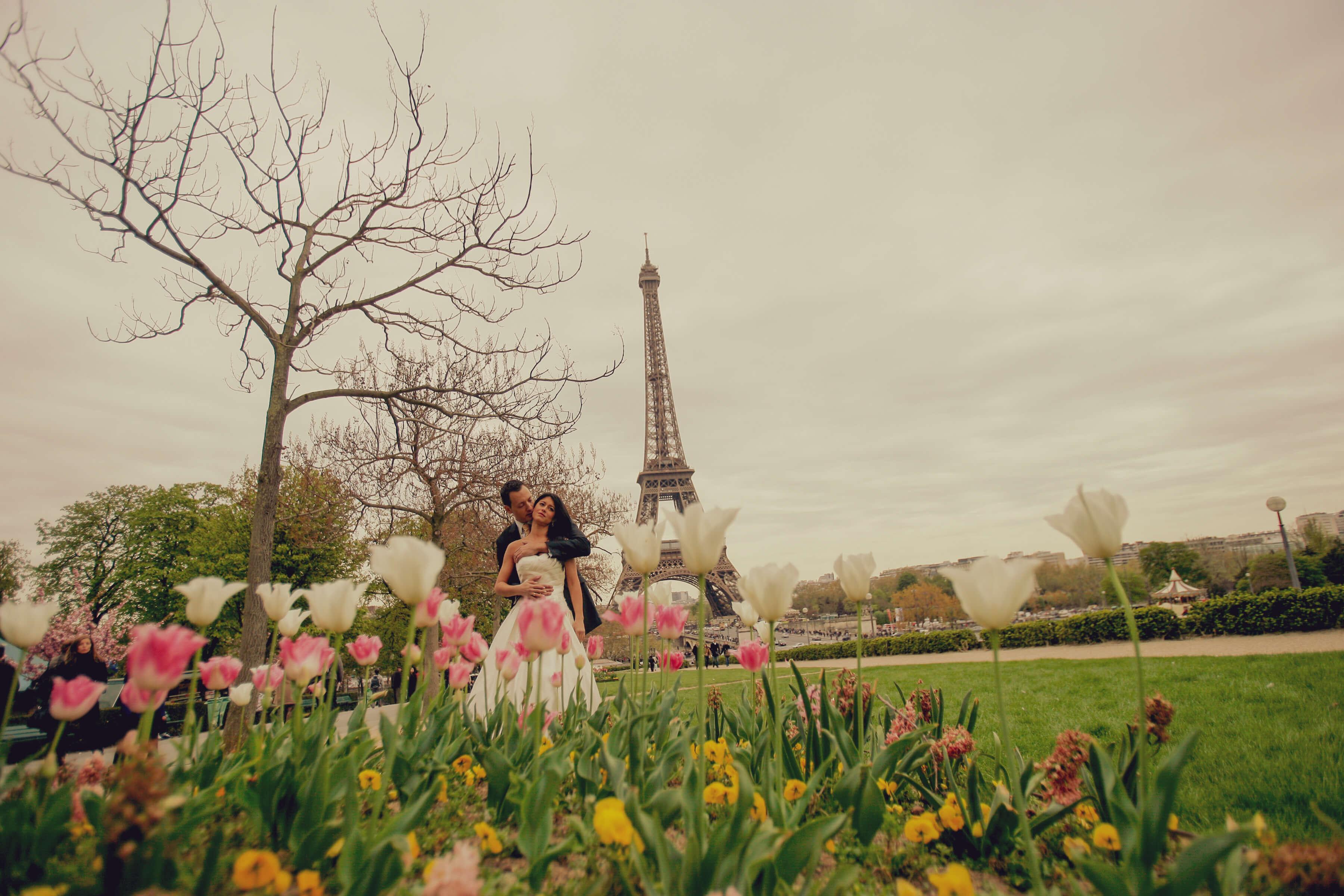 Novios debajo de la Torre Eifel
