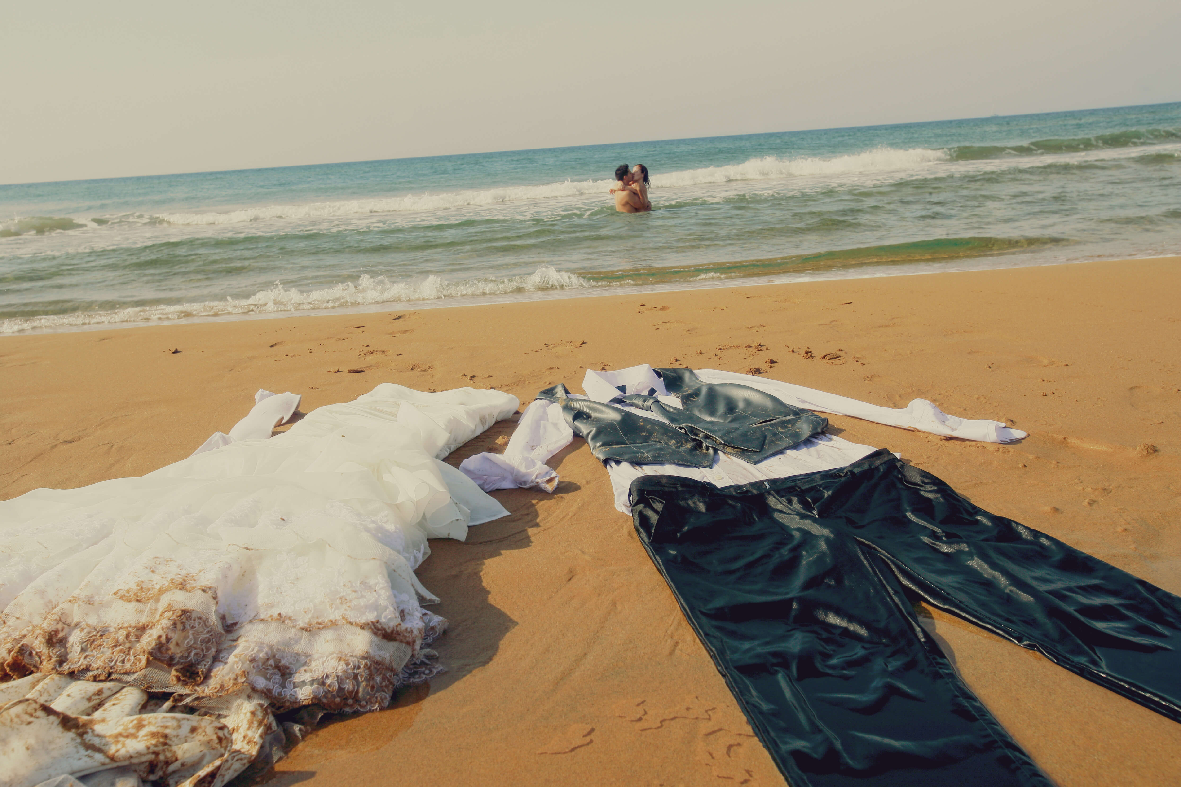 Novios desnudos en la playa