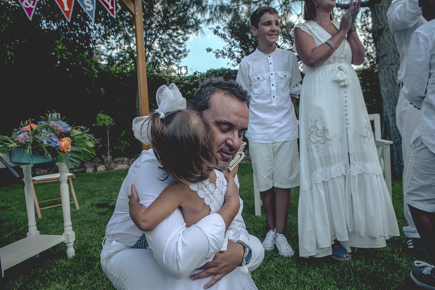 novio abraza a su hijo