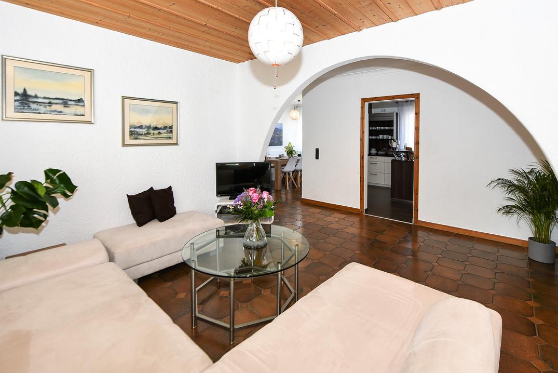 Wohnzimmer mit Blick in Küche und Esszimmer