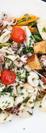 Assiette de chipirons et ses légumes maison