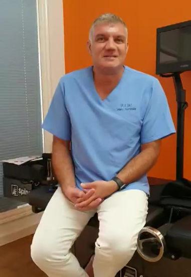 """Die SpineMED Therapie ist eine Methode die bei folgenden Indikationen zur Anwendung kommen kann. •Bandscheibenvorfall/-vorwölbung •Diskusdegeneration (Verschleiß) •Ischialgie •Radikulopathie (Nervenwurzelreizung) •Facettengelenkssyndrom •""""Hexenschuss"""" •Spinalkanalstenose (nicht knöchern) •Prä- und postoperative Patienten Für manche Patienten ist die SpineMED spinale Dekompression eine Alternative zu einem operativen Vorgehen.SICHER, SCHMERZFREI UND KOMFORTABEL •Nicht-operatives, schmerzfreies und sicheres Verfahren •Bereits seit vielen Jahren erfolgreich angewandt •Ganzheitliche Behandlungsmethode (die Selbstheilung des Körpers wird stimuliert) •Überschaubare Behandlungsserie (durchschnittlich 20 Behandlungen) und akzeptabler Zeitaufwand (30 Minuten pro Sitzung)"""