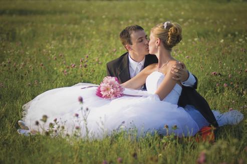 BrideGroomKissHC0906_X_th_C.jpg