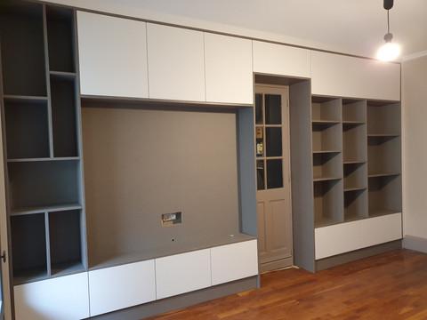 Salon TV et bibliotheque avec passage entre 2 pieces au centre