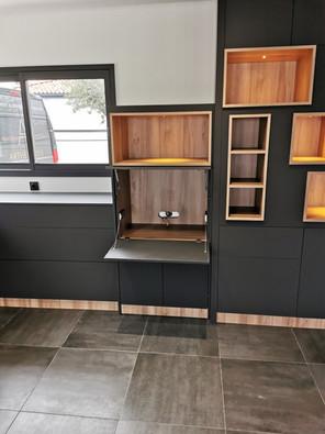 Bureau caché dans le meuble