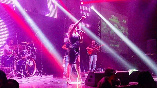 Pensa no palco que eu amo cantar ..