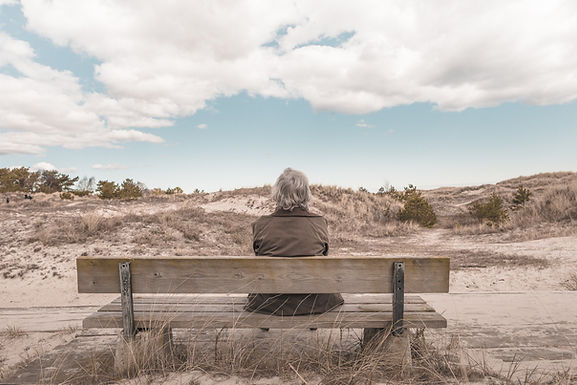L'homme assis sur un banc
