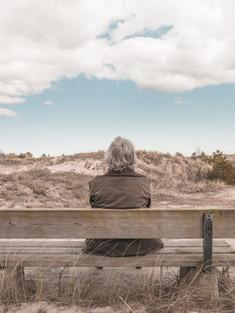 Человек, сидящий на скамейке