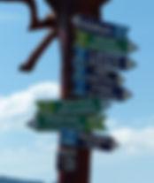 Un panneau indicateur en milieu rural.jp