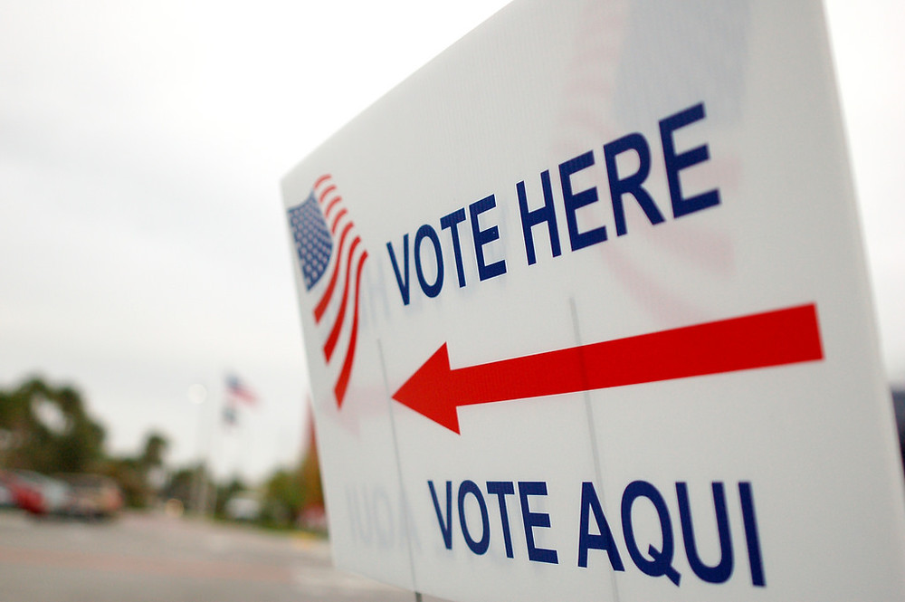 A voting sign half in English half in Spanish