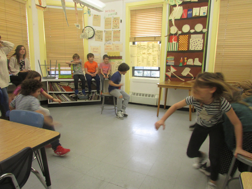 IXsK students playing musical chairs