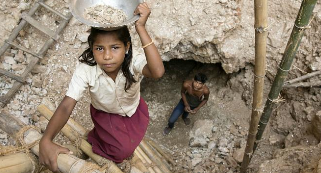 Children in India mining for mica