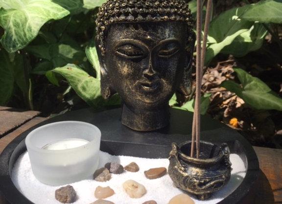 Jardim Zen com buda, incensário e vela