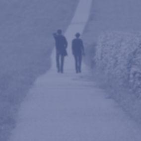 Zwei-Menschen-Spaziergang-Meeting-Natur_