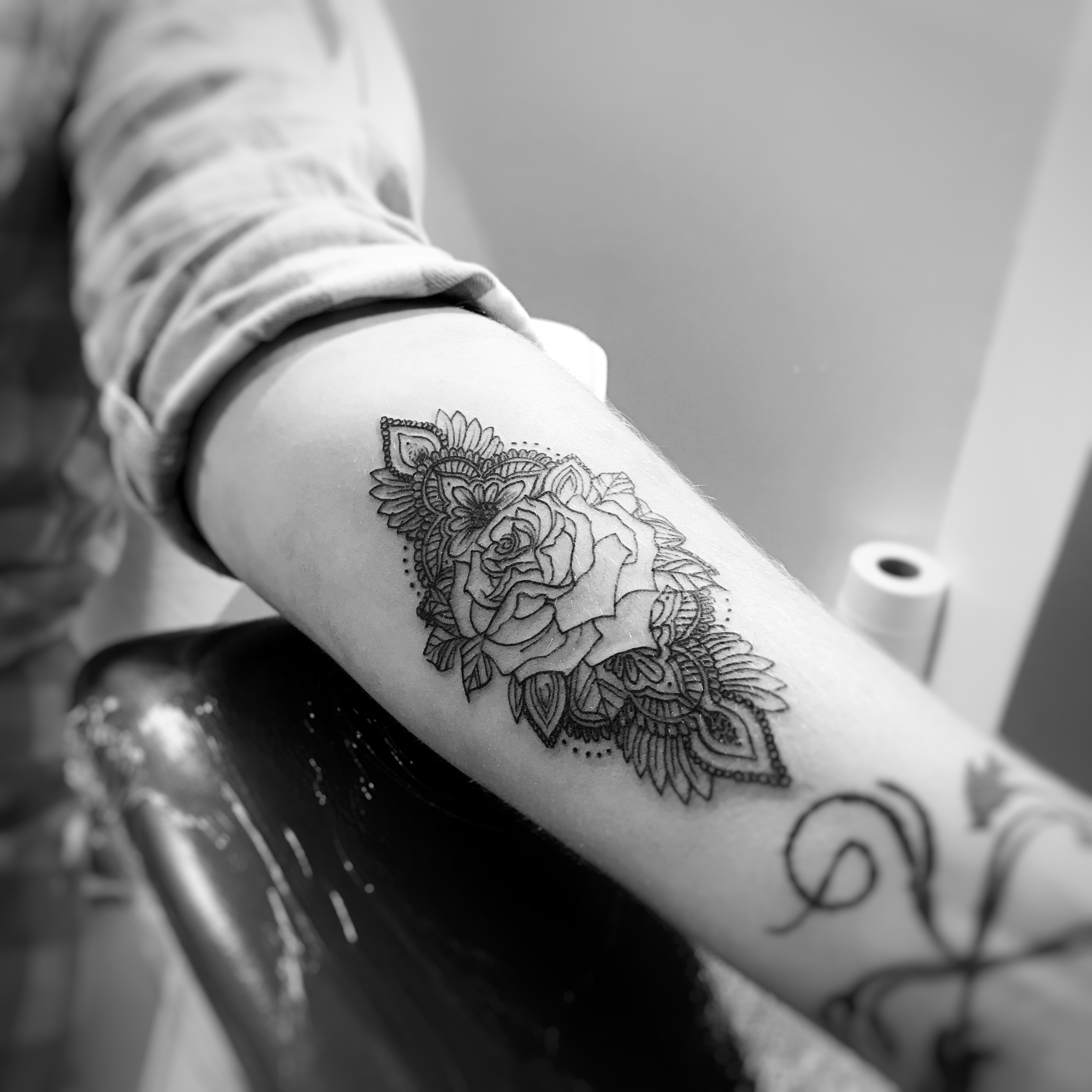 TATOUAGE ROSE ORNEMENTALE