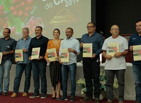 """Prefeito Isaac, autoridades e grupo de produtores participaram do evento """"Dia de campo"""" na UFAC"""