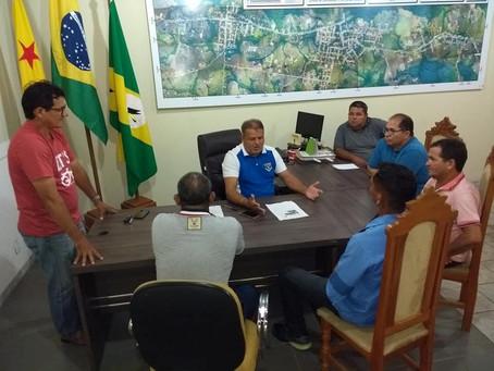 Prefeito Isaac Lima atende lideranças do bairro Cobal que reivindicam  melhorias de água e luz