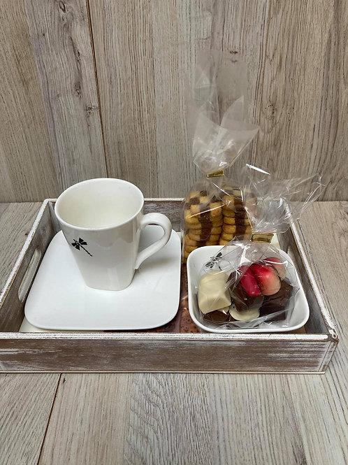 Bord met tas opdruk gevuld met pralines en koekjes