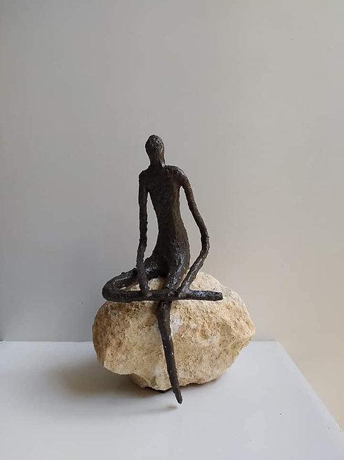 1 persoon zittend op steen