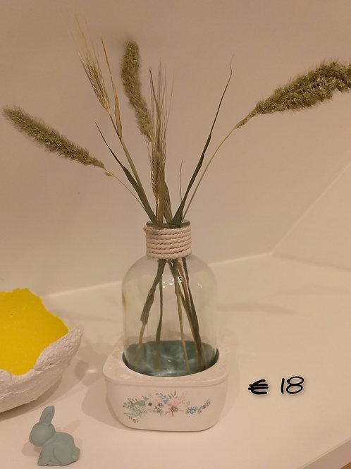 Vaas in beton voet met bloemen