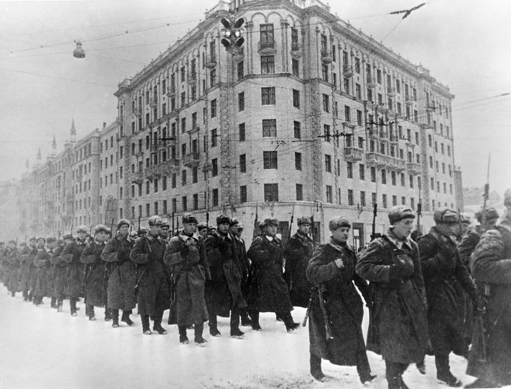 1941年12月從莫斯科奔赴前線作戰的蘇聯主力軍