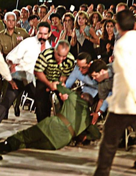 卡斯特羅演講後突然跌倒後被扶起來的畫面。(AFP/Getty Images)