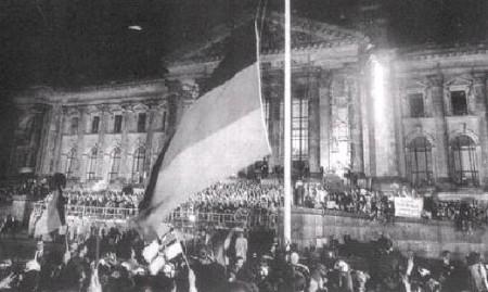 黑紅黃三色的聯邦德國國旗徐徐升起