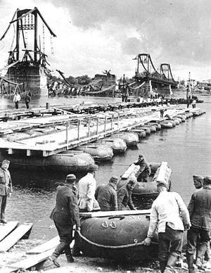 1941年基輔會戰時,德軍在達爾尼茨克大橋旁架設浮橋渡河前進