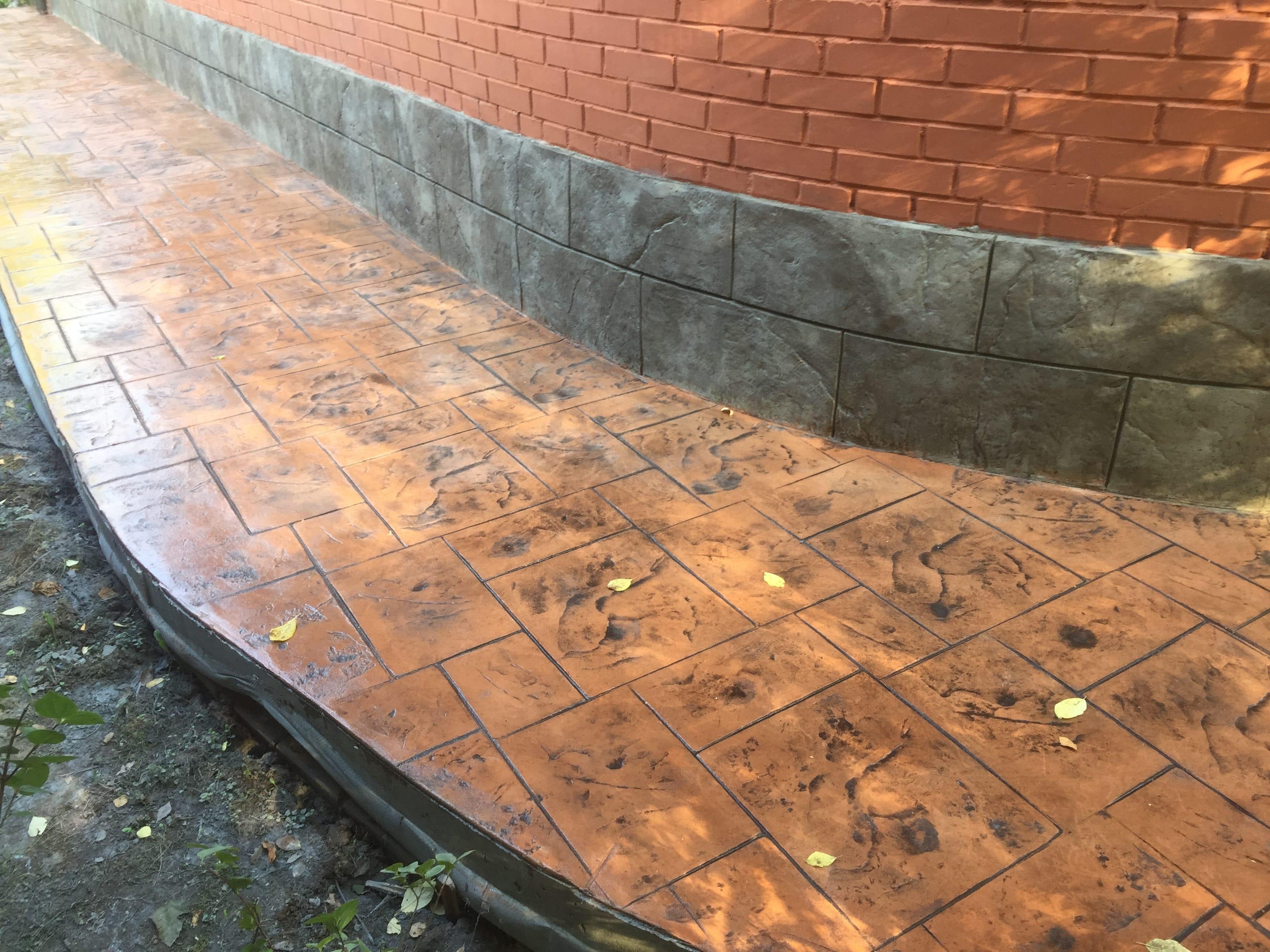 Отмостка в комплексе с цоколем из пчатного бетона