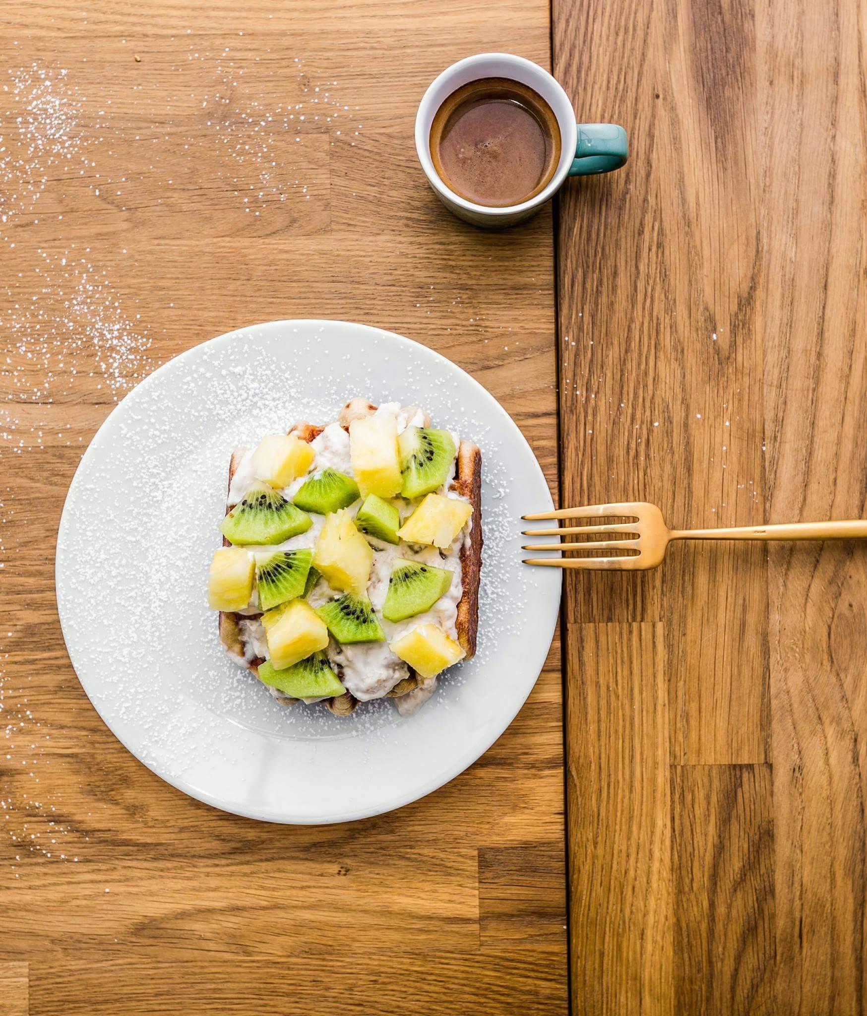 Wafel z kremem kokosowym i owocami