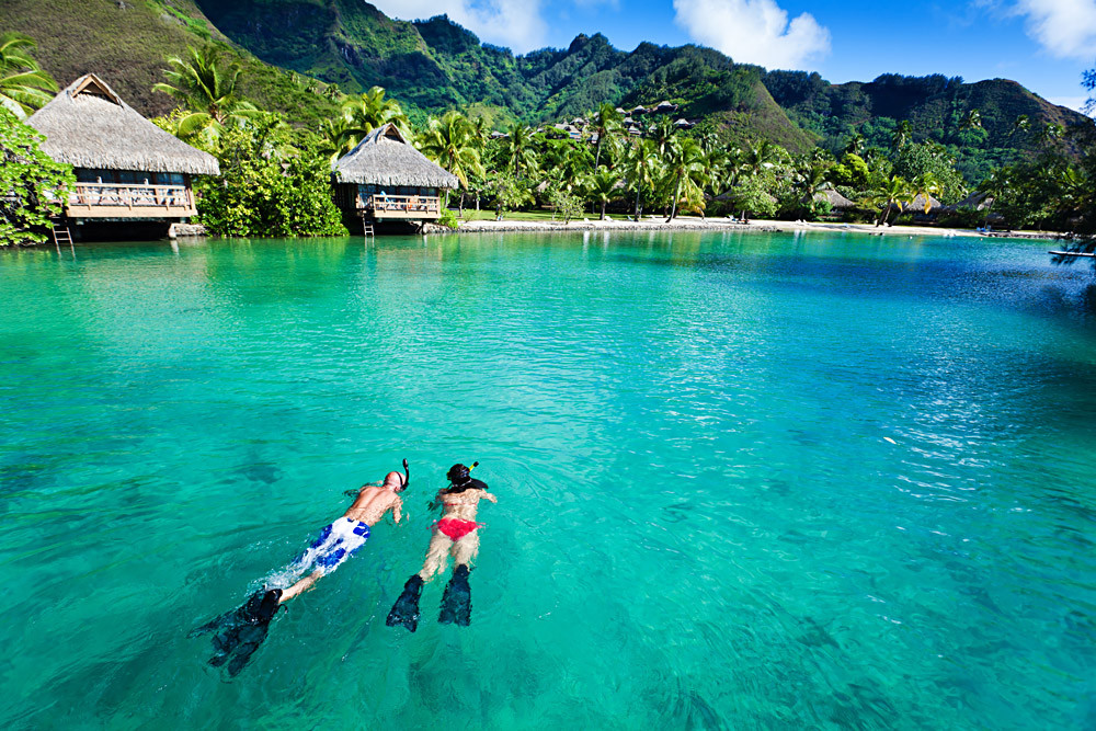 Young-Couple-Snorkeling-in-Moorea-in-Tah