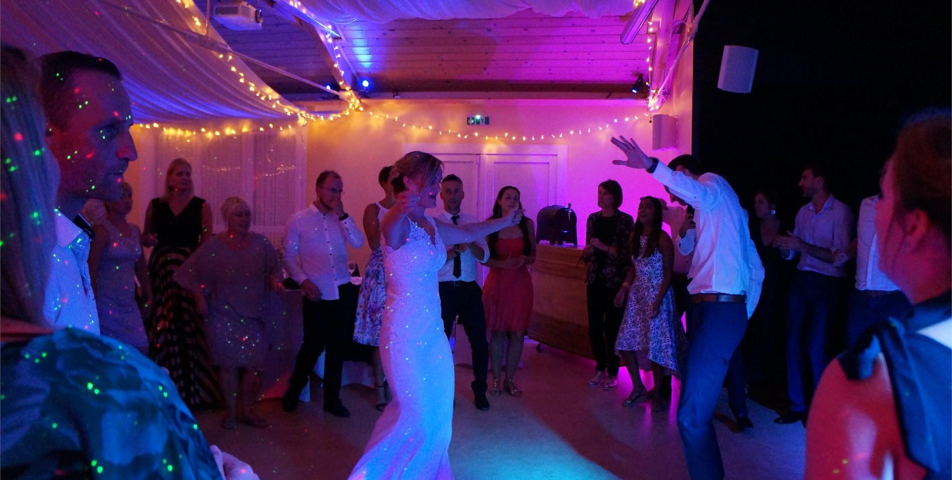 Les Mariés sont sur la piste de danse