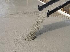 getto di calcestruzzo (concrete) attraverso autobetoniera (beton)