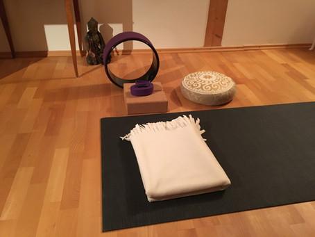 Tägliches Yoga mit Hilfsmitteln