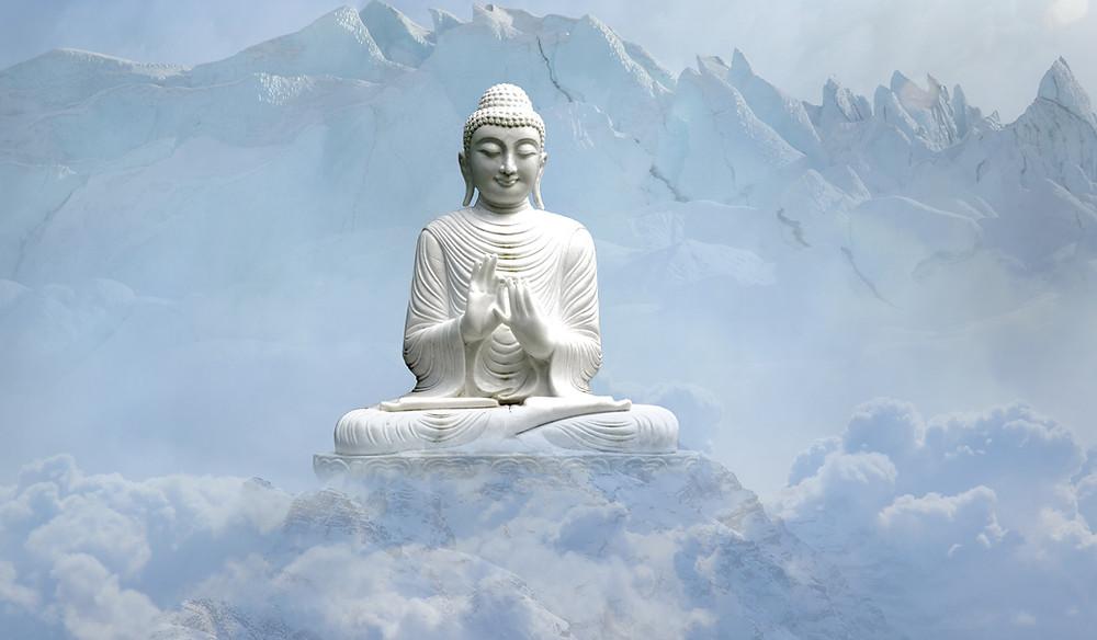 Weißer Buddha vor Schneebergen