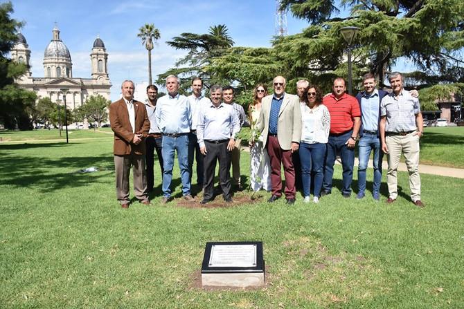 80º años del CECOINSE Plantaron un roble, descubrieron una placa conmemorativa y por la noche brinda