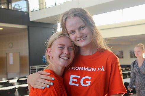 """To elever med """"Velkommen på EG"""" tshirts"""